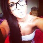 Salope de 23 ans à lunettes aime baiser avec les hommes de 40 ans